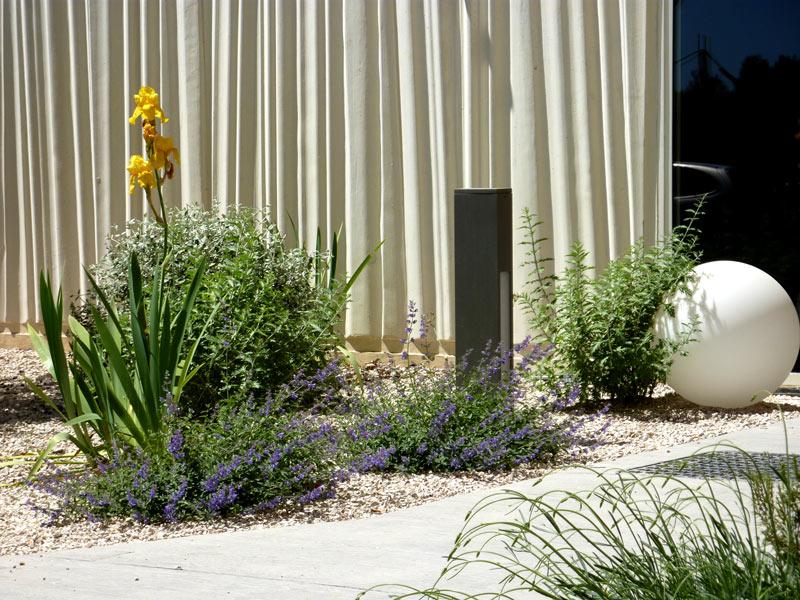assas-jardins-mediterraneen-sec-sans-arrosage-paysagiste-entretien-creation-pelouse-gazon-graviers-bassin-fontaine-jardinerie-herault-montpellier-visuel-7